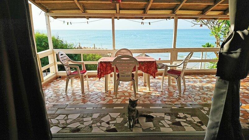 Popenguine village: Cabano Alberte, à 10m de la plage, pension à la carte, holiday rental in Guereo