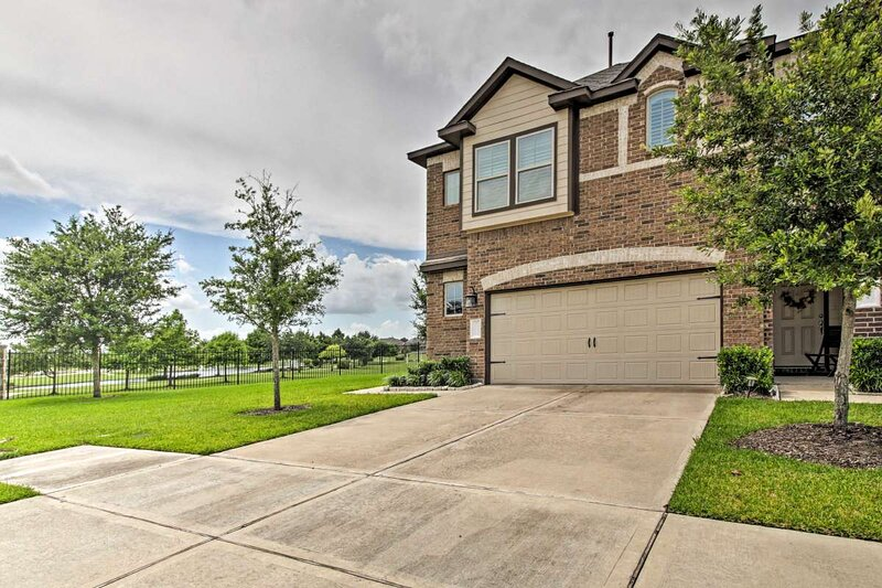 Gorgeous 3-Bedroom Townhome with Relaxing LakeView!, holiday rental in Damon