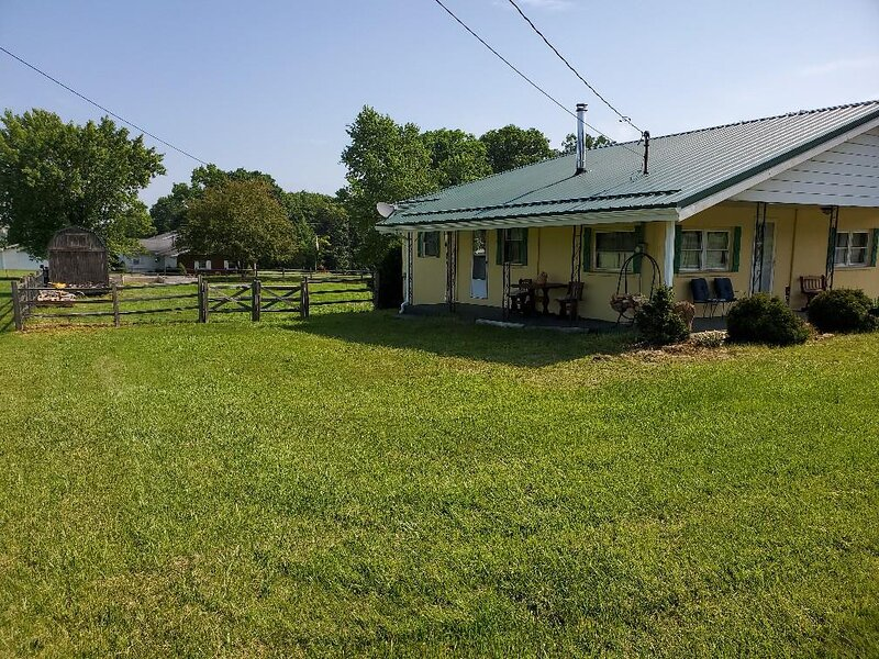 The Country Roads Cottage close to State Parks and WVU, holiday rental in Reedsville