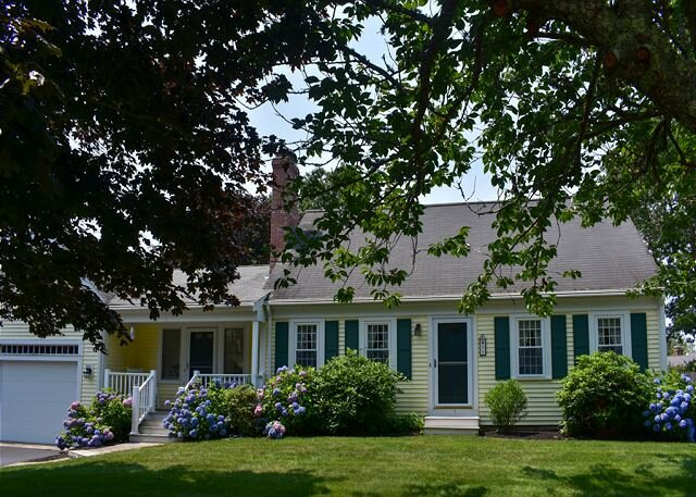 Lovely four bedroom home with central air sleeping 9!, location de vacances à South Yarmouth