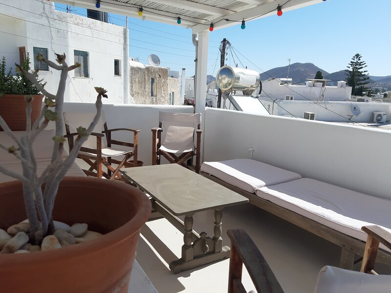 Traditional stone house with terrace in Parikia old town, 50 meters from the sea, alquiler vacacional en Parikia