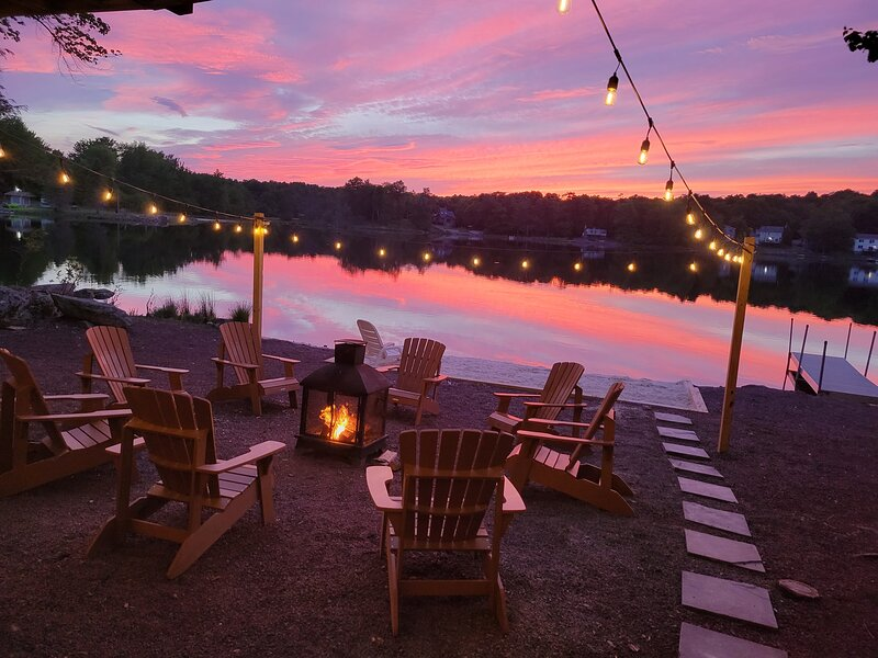 Longfellow Lodge - 5 BR Lake view with hot tub, pool table, fire pit & canoe, holiday rental in Tobyhanna