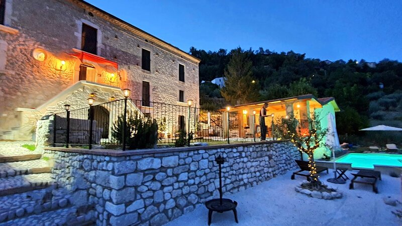 Perfect for two with a salt water pool at La Vecchia Casa, alquiler vacacional en Roccascalegna