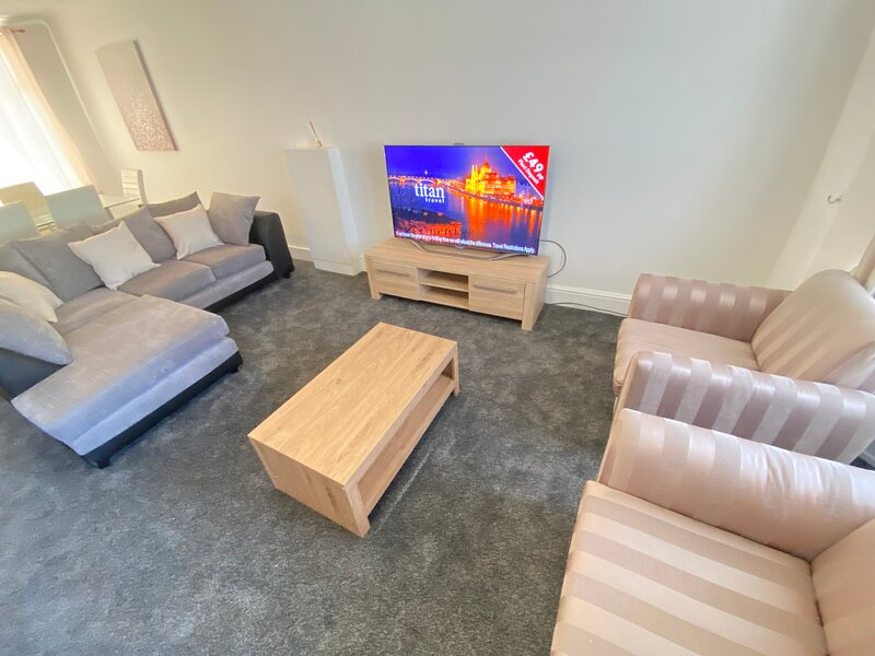 ECOLION 3 BEDROOM HOUSE IN THE HEART OF GILLINGHAM, location de vacances à Chatham
