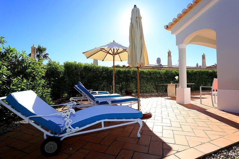 Villa Isabella with WIFI, A/C swimming pools, garden and terrace. 10 mins from Praia da Rocha beach.