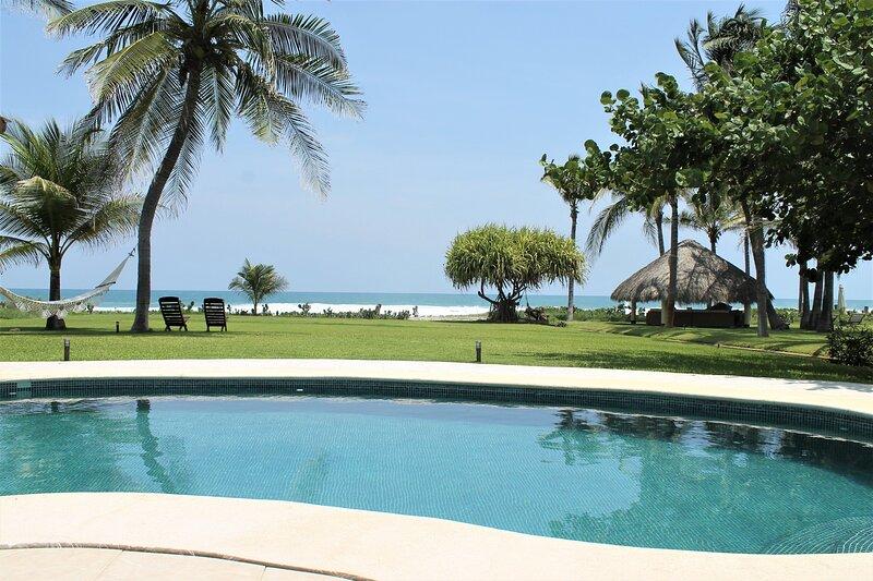 Incredible Beachfront Villa With Full Service Casa Sol Naranja, alquiler de vacaciones en Sur de México
