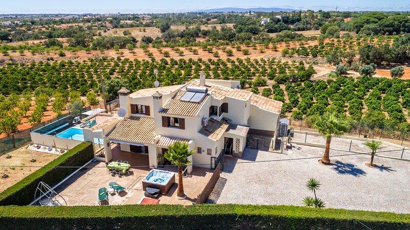 Nice private villa, AC, WIFI, UK TV, heated pool and exterior Jacuzzi, alquiler vacacional en Guia