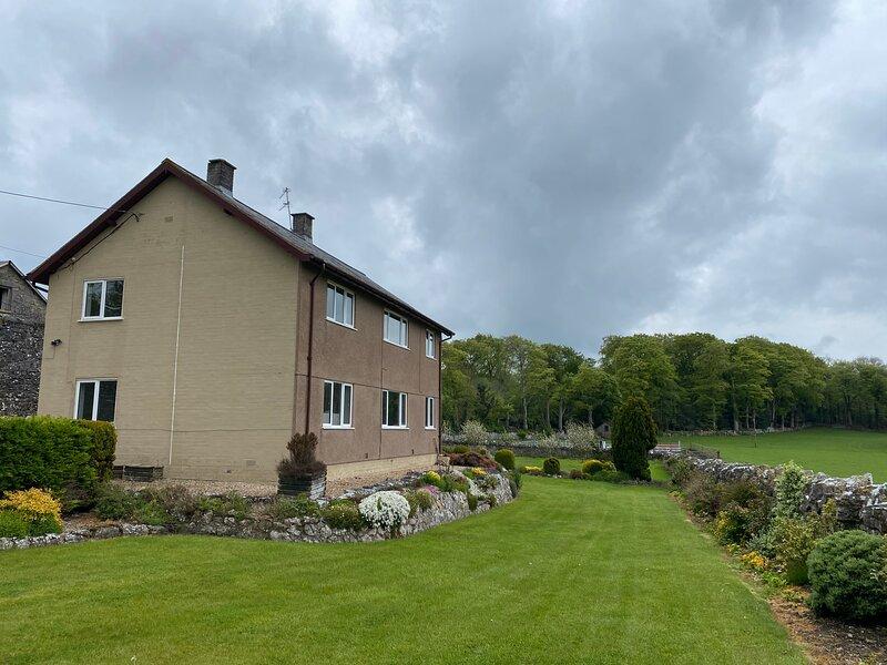 Massive enclosed garden & stunning views, St Asaph, holiday rental in Trefnant