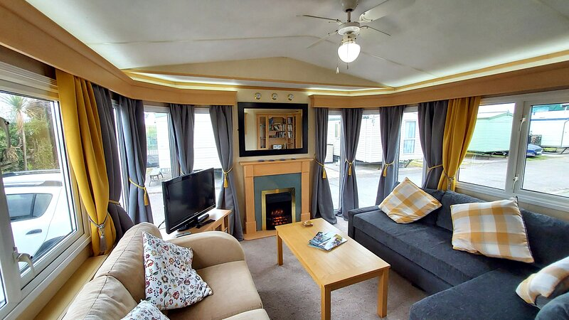 Tŷ Glan Môr is a luxury caravan, fully equipped for 6., holiday rental in Towyn