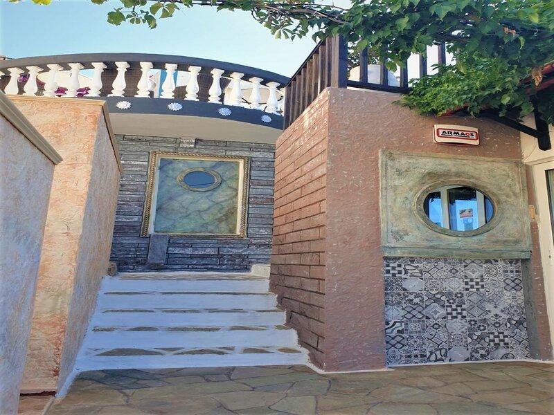 Mesonette Bungalow with 2 bedrooms 2 bathrooms and amazing Sea views, location de vacances à Piskopiano