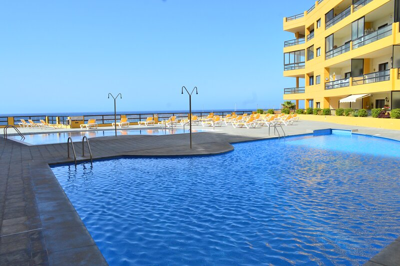 12 - PRIVATE SOLARIUM, WiFi, HEATED POOL & Seafront, holiday rental in San Miguel de Abona
