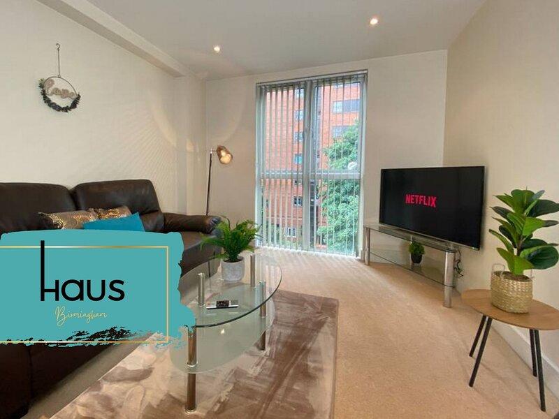 Haus Apartments Spacious 2 Bed with Secure Parking, alquiler de vacaciones en Birmingham