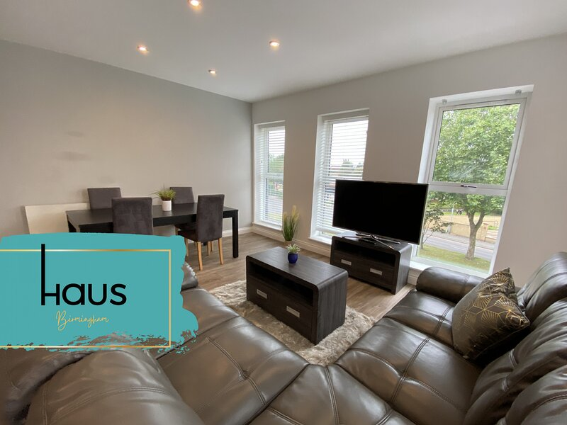 Haus Apartments Spacious 2 Bedroom & Parking, vacation rental in Sandwell