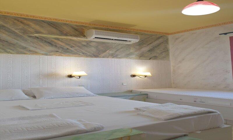 Gorgeous Studio for 2 people, Swimming Pool and Sea View, location de vacances à Piskopiano