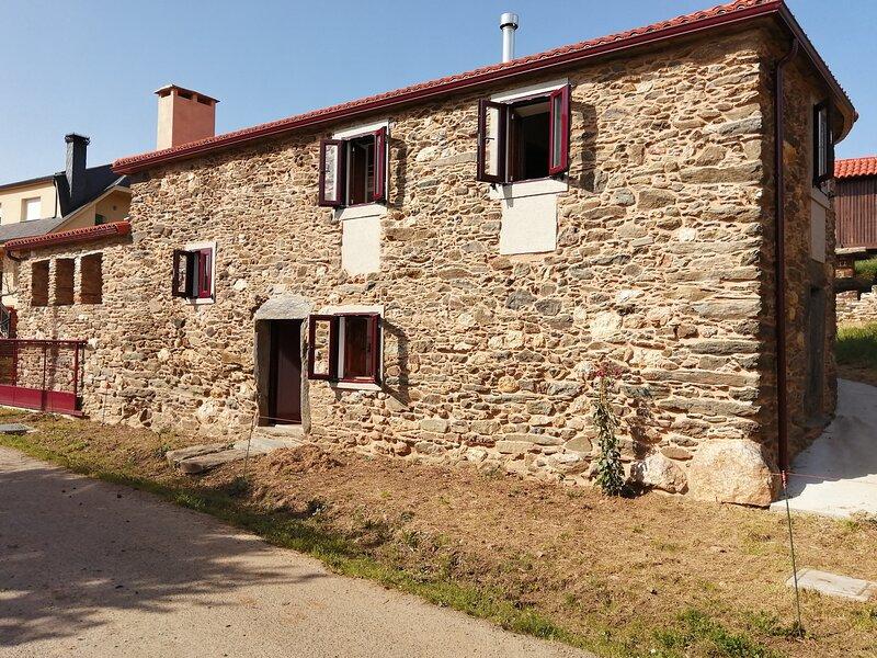 Casa tradicional de Galicia, lejos y cerca de todo, holiday rental in Touro