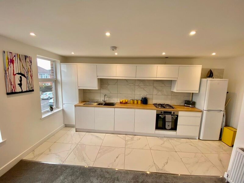 BOURNECOAST: MODERN APARTMENT WITH WIFI -GARDEN -PARKING -PRIVATE ENTRANCE -7357, vacation rental in Ferndown