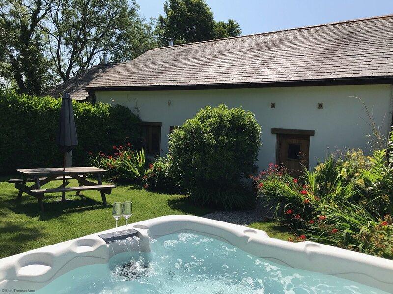 Threshing Barn - Luxury Cornish Cottage sleeping 6 with hot tub & private garden, location de vacances à Widegates