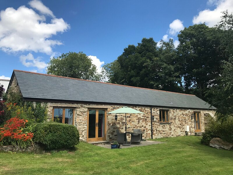 Linhay - Luxury Cornish retreat for two with hot tub and valley views, location de vacances à Widegates