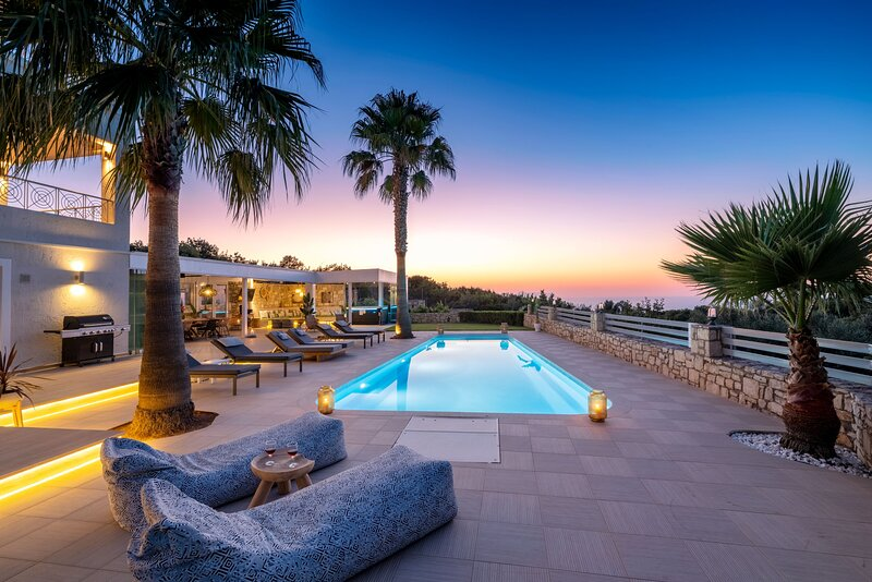 Villa Trinity - Sublime views, child friendly, sports and wellness facilities, holiday rental in Atsipopoulo