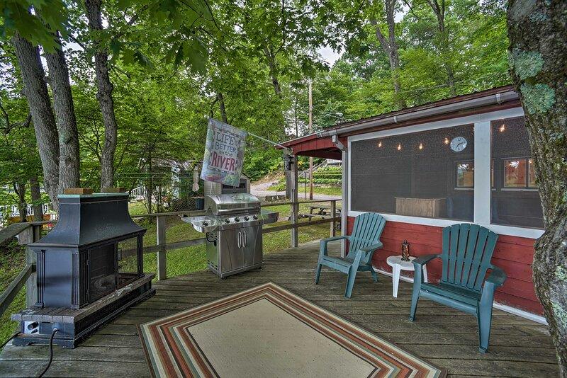 NEW! Riverfront Escape w/ Dock, 19 Mi to Saratoga!, vacation rental in Corinth