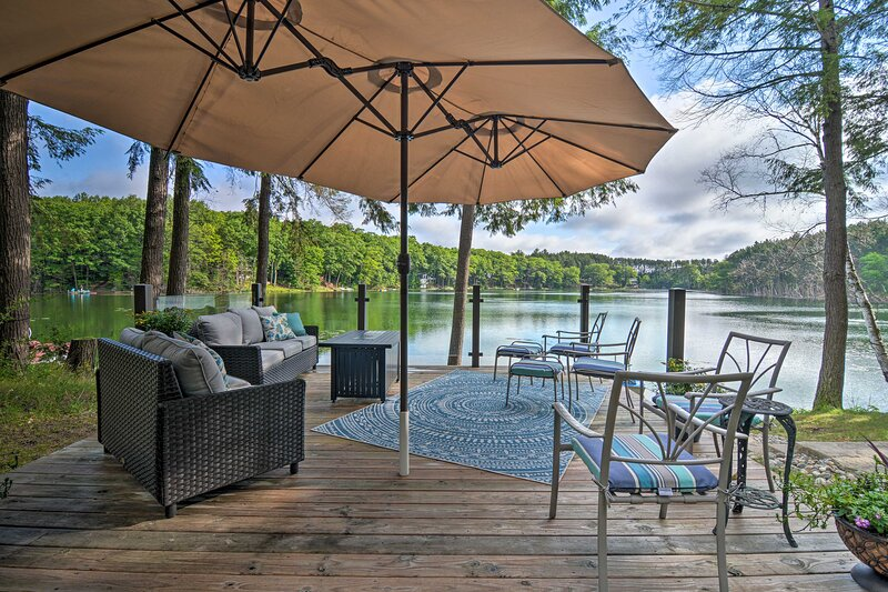 NEW! Tranquil Lake Cottage w/ Hot Tub, Near Golf!, casa vacanza a Gaylord