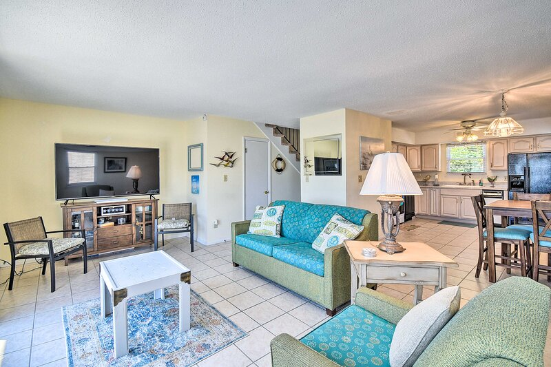 NEW! Condo w/ Private Beach Entry Near Yorktown!, holiday rental in Newport News