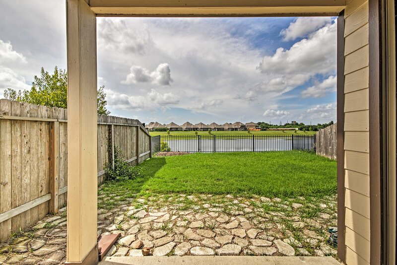 NEW! Stunning Home w/ Yard, 31 Mi to Dtwn Houston!, holiday rental in Damon