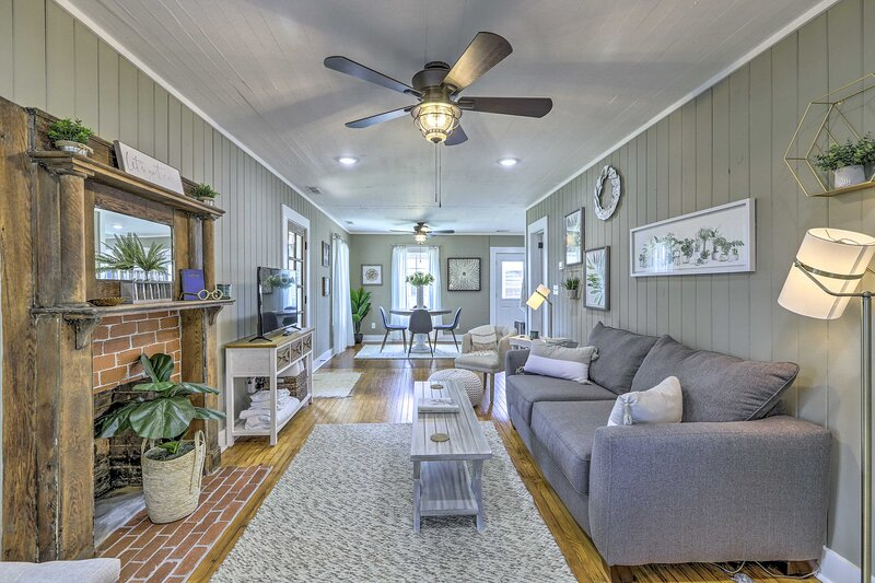NEW! Chic Carrollton Cottage w/ Updated Interior!, holiday rental in Carrollton