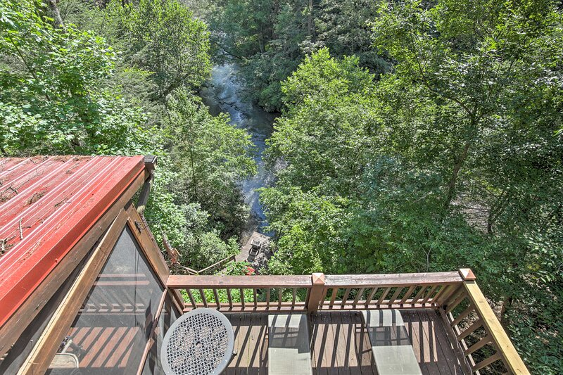 NEW! Treetop Cabin w/ Incredible Views & Hot Tub!, vacation rental in Cherrylog