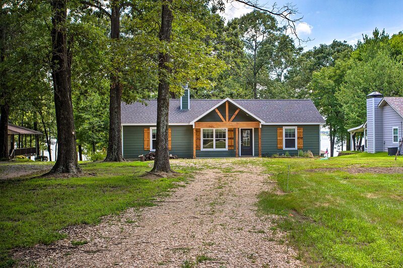 NEW! Charming Lake Fork Cottage w/ Screened Porch!, holiday rental in Quitman