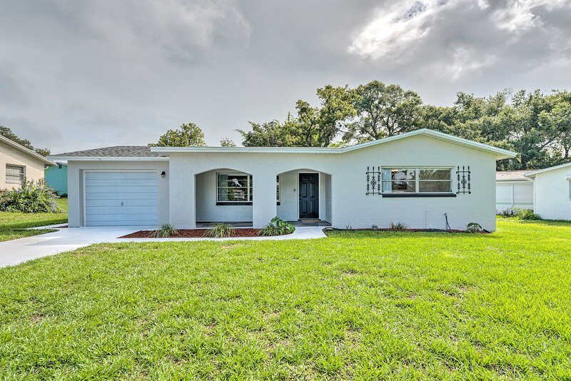 NEW! Contemporary Beverly Hills Gem w/ Sun Room!, holiday rental in Citrus Springs