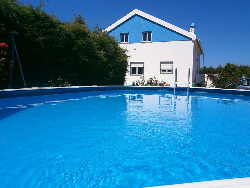 Apartment with shared pool, location de vacances à Cela