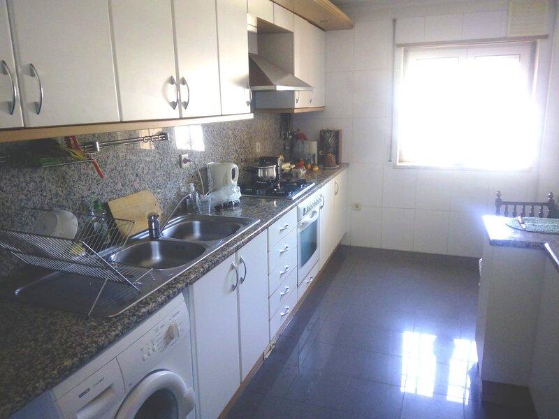 Spacious apartment with shared pool, alquiler vacacional en Alcabideche