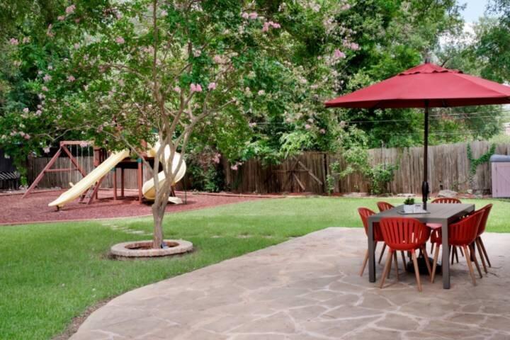 NEW! Perfect Retreat for Lrg Groups! Remodeled, Free Wifi, Off-Street Parking, P, location de vacances à Cedar Park