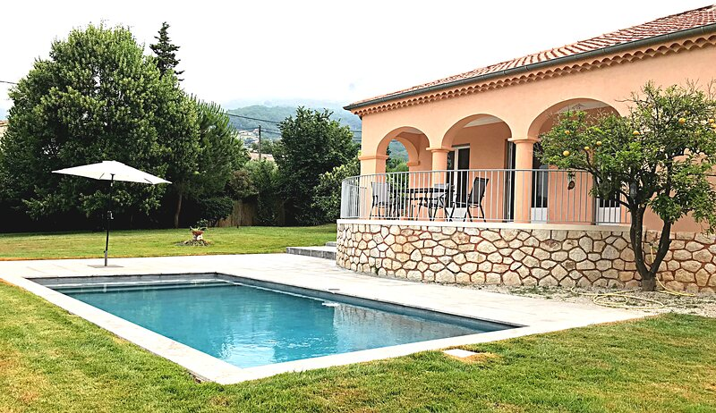 Villa Pomelo, spacious and elegant villa with garden, swimming pool and ac rooms, holiday rental in Coursegoules