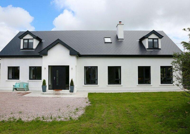 Luxury detached Spiddal Villa, modern interiors, 6 bedrooms, suit 14 people, holiday rental in Spiddal