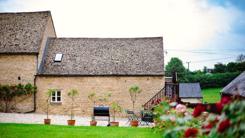Hayloft at Newbarn Farm, Charlbury - sleeps 4 guests  in 2 bedrooms, holiday rental in Middle Barton
