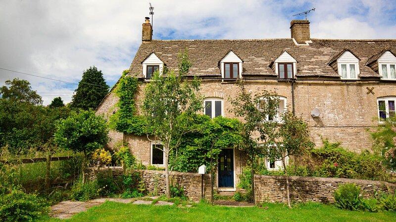 Field View, Tarlton - sleeps 5 guests  in 3 bedrooms, vacation rental in Kemble