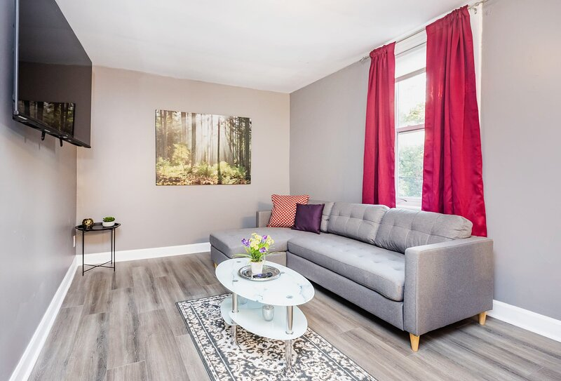 Modern 3BR with King Bed - Steps from Byward Market!, holiday rental in Overbrook