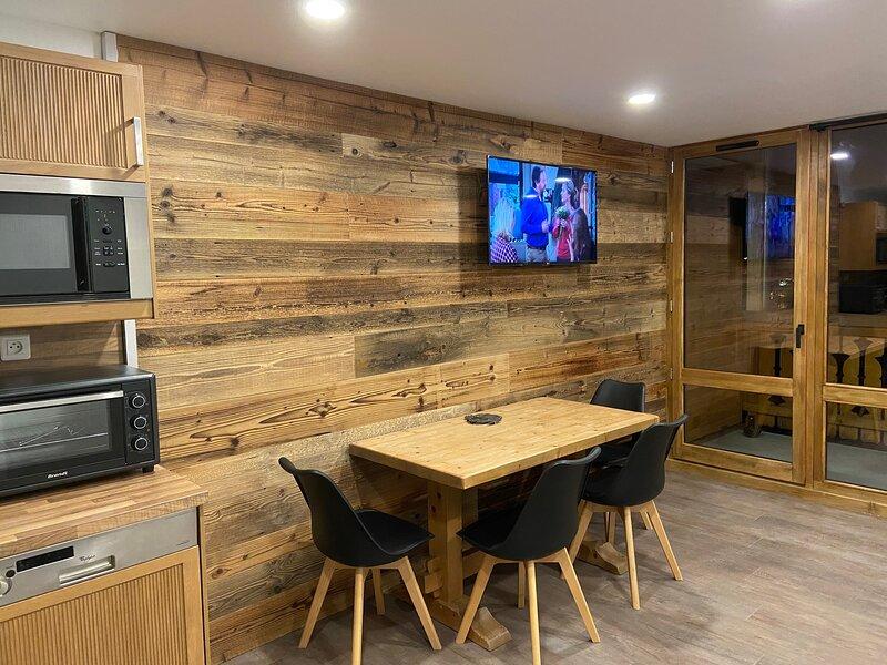 Soldanelle 37 studio 27m2 front de neige pied pistes, remontées, ESF & Piou Piou, holiday rental in Isere