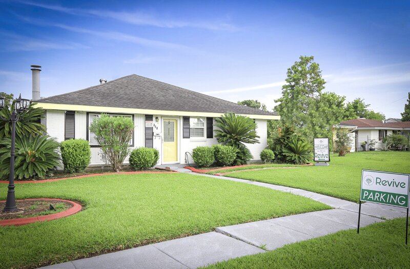 Unique, Spacious New Orleans Studio Guest House with Spa Services!, holiday rental in Arabi