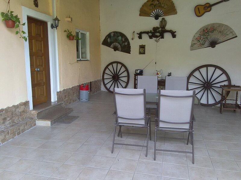 Casa de planta baja con porche y zona verde, location de vacances à Pravia
