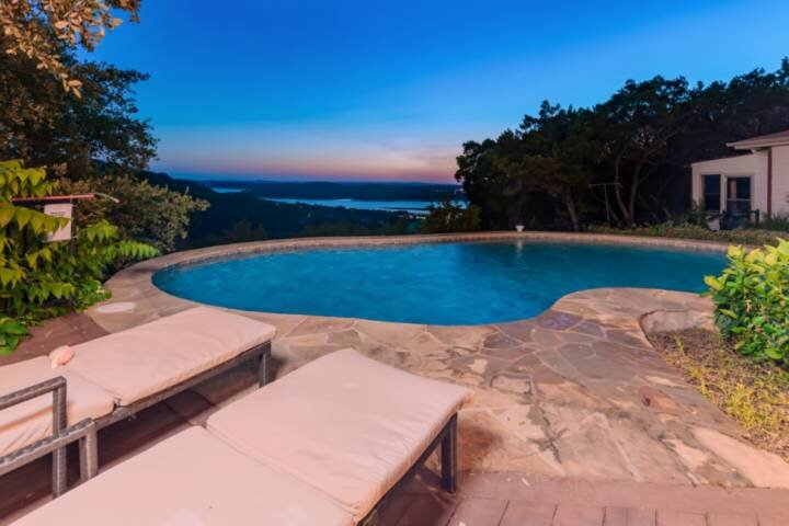 New Listing! Private Pool, Hill Country & Lake Views, Secluded, WiFi, Covered de, holiday rental in Liberty Hill