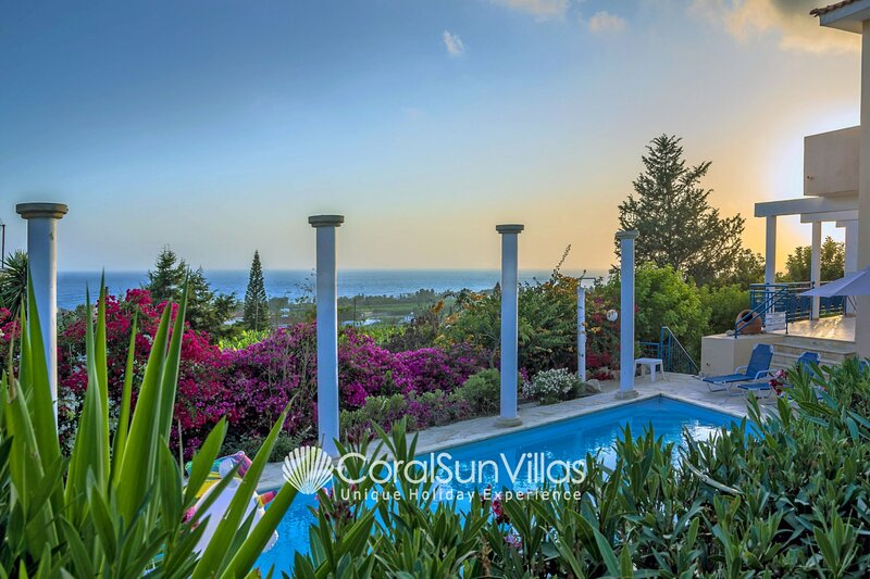Dionysus 3 bedrm, Fantastic views Colorful garden, alquiler vacacional en Lara