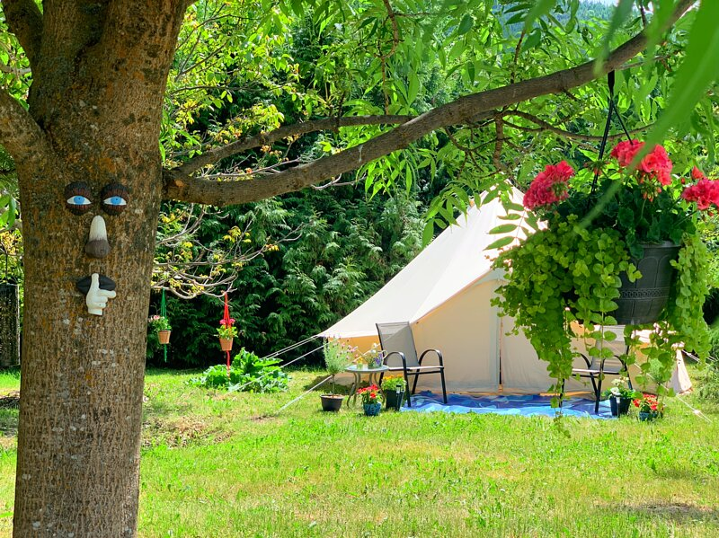 (LargeTent1) Utopia Feels Botanical Glamp Ground and Micro-Farm, alquiler de vacaciones en Lumby