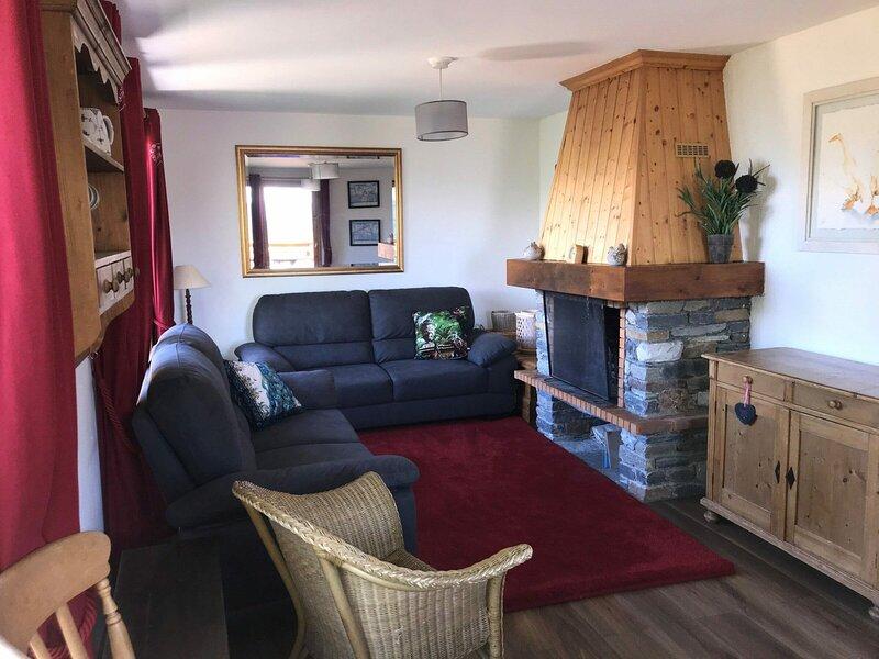 Confortable chalet dans un quartier calme avec une vue imprenable sur la vallée, holiday rental in Landry