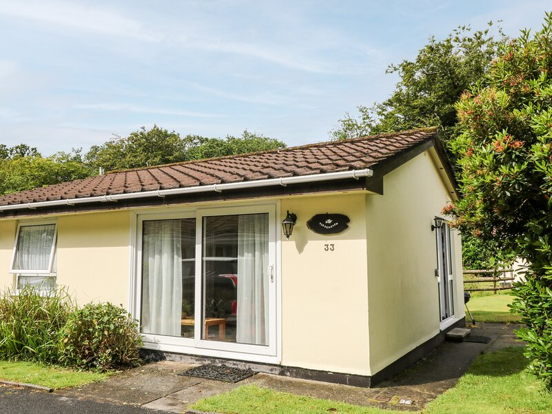 PEACEHAVEN, neat bungalow with WiFi, open plan living area, pets welcome, near, casa vacanza a Bicton