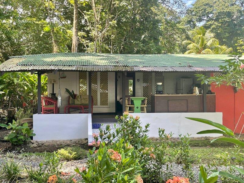 C2 Coralina Comfortable CHIC Bungalow *BEACH, AC*, holiday rental in Punta Uva
