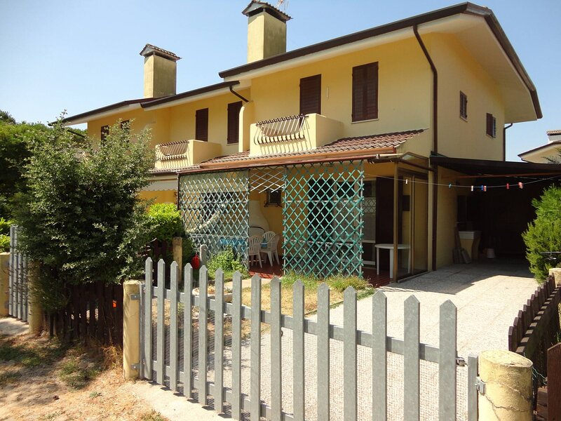Beautiful Villa For six People-pool-tv-ac, location de vacances à Porto Santa Margherita