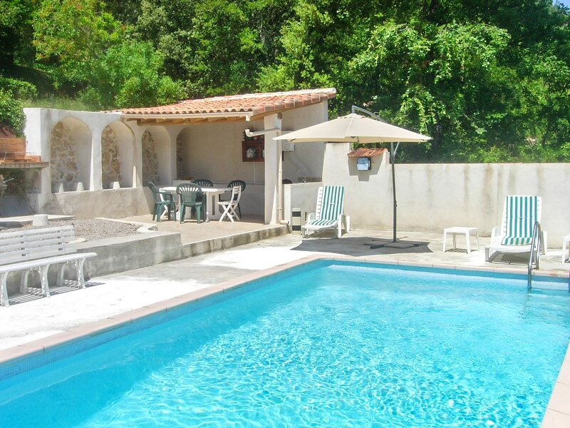 Nice house with swimming-pool, casa vacanza a Saint-Martin-de-Pallieres